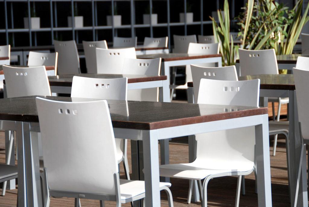 Nuovi standard normativi per l arredo da esterno sedute tavoli